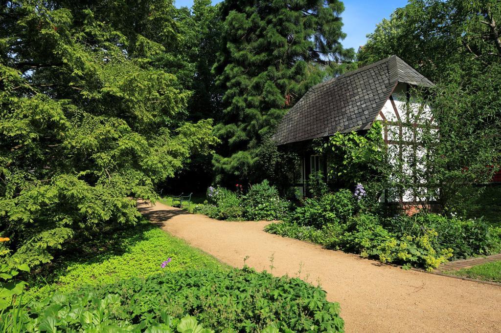 D-Kiel, Kiel Fjord, Baltic Sea, Schleswig-Holstein, Old Botanical Garden, park, garden shed, half-timbered, footpath : Stock Photo