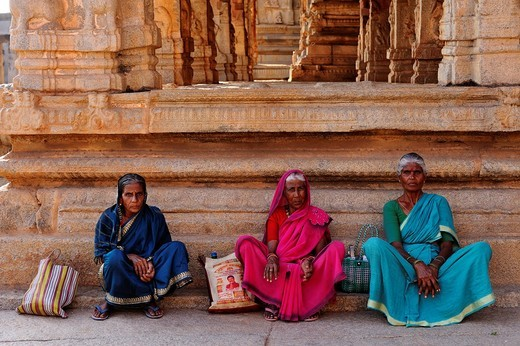 India, Karnataka, Hampi, on the World heritage list of UNESCO, former capital of Vijayanagara kingdom, women inside the temple of Krishna : Stock Photo