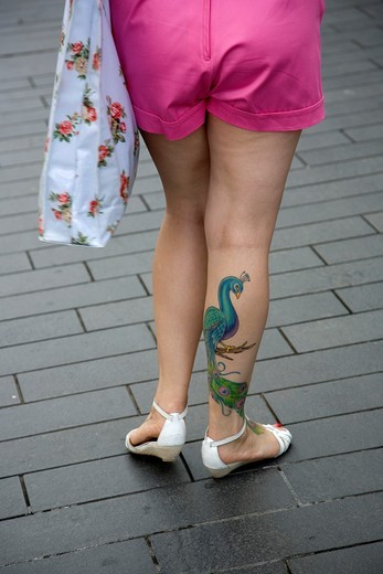 Peacock tattoo on woman´s leg : Stock Photo