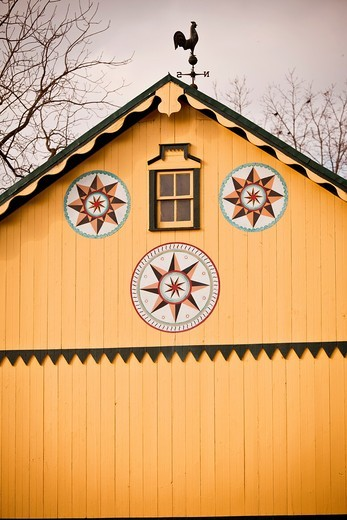 Stock Photo: 1566-859375 Traditional Amish barn with hex sign Mascot, PA