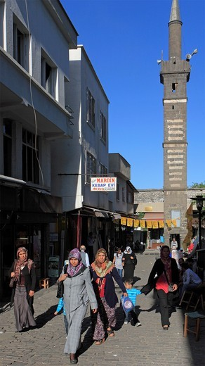 Stock Photo: 1566-860581 Turkey, Diyarbakir, Seyh Mutahhar Mosque, Four Legged Minaret, women,