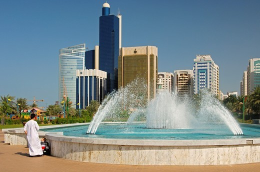Fountain and skyscrapers in Abu Dhabi, United Arab Emirates : Stock Photo