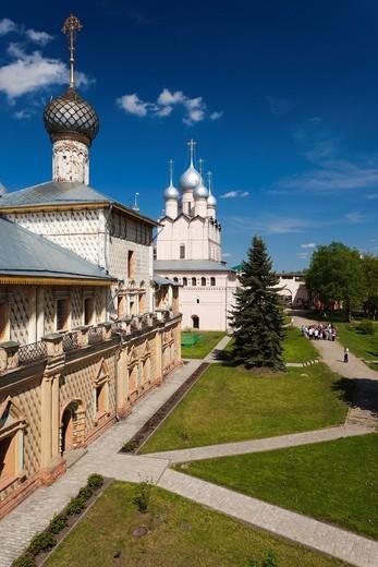 Stock Photo: 1566-871982 Russia, Yaroslavl Oblast, Golden Ring, Rostov-Veliky, Rostov Kremlin, Church of the Hodigitria and the Gate Church of the Resurrection