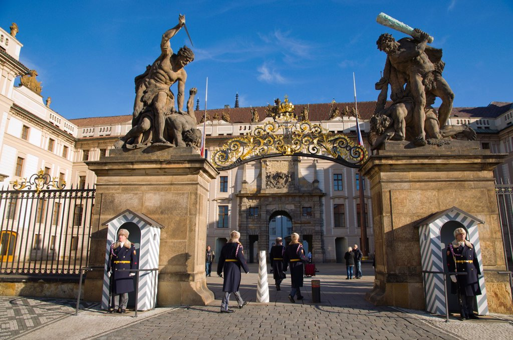 Castle Guards at the gates of Hrad the castle Hradcany the castle district Prague Czech Republic Europe : Stock Photo