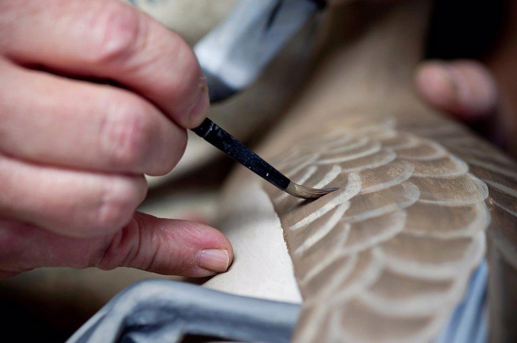 Man paints decoy duck to lifelike perfection : Stock Photo