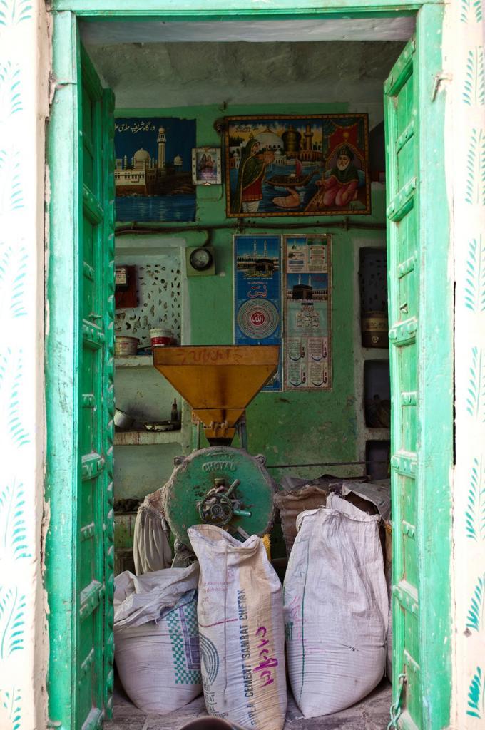 Stock Photo: 1566-896402 Cement shop, Pushkar, Rajasthan, India