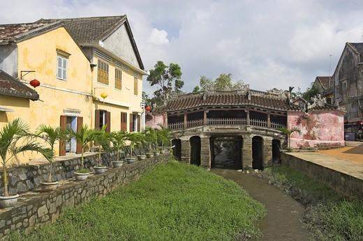 Stock Photo: 1566-902050 Japanese 17th century covered bridge Hoi An historic town Vietnam