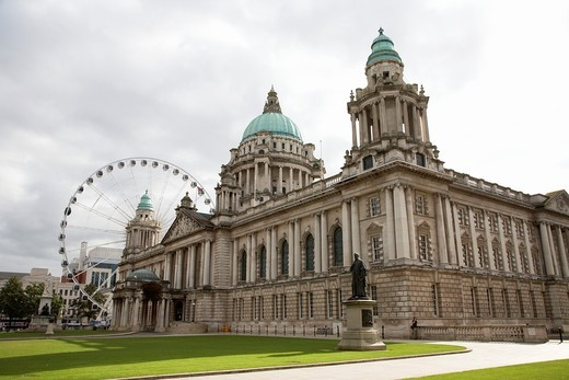 Belfast City Hall, Donegall Square, Belfast, Northern Ireland, UK  The City Hall was completed in 1906 and houses Belfast City Council : Stock Photo