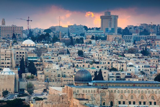 Stock Photo: 1566-906230 Israel, Jerusalem, elevated city view with Temple Mount and Dome of the Rock from the Mount of Olives, dusk