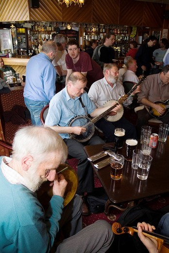 Orkney Folk Festival STROMNESS ORKNEY Musicians playing banjos and bodhran drum Stromness Hotel lounge bar : Stock Photo