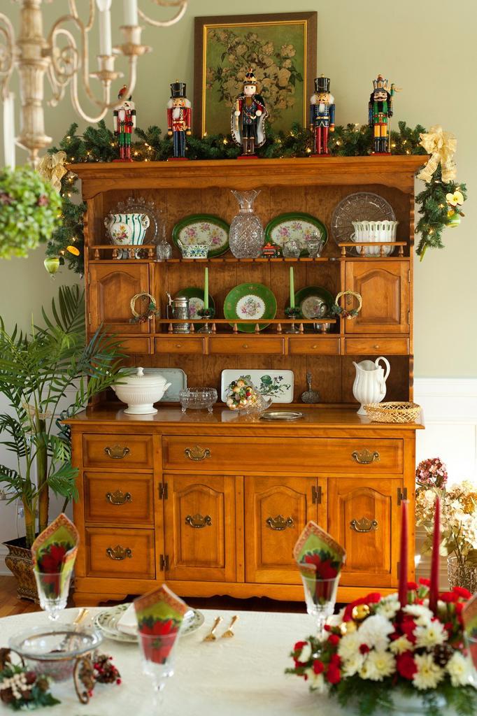 Stock Photo: 1566-915026 Nutcrackers on Dresser
