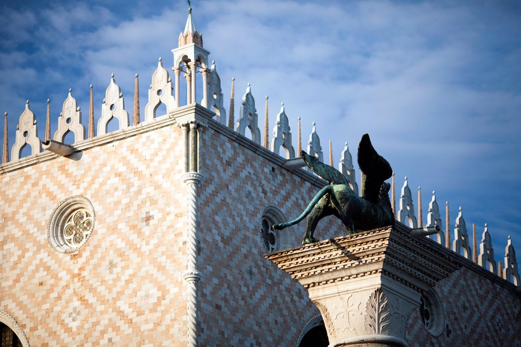 Stock Photo: 1566-918123 The Winged Lion on the Piazzetta in front of the Doge´s Palace, Venice, Italy