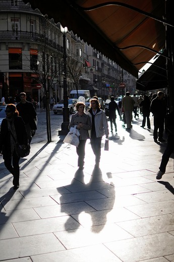 Stock Photo: 1566-919329 People walk at sunset in the center of Madrid