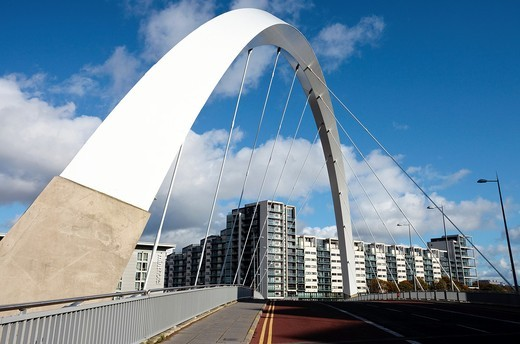 The Arc bridge across the River Clyde, from Govan to Anderston districts, Glasgow, Scotland  The bridge is also known as the Squinty Bridge because it is offset on the embankments : Stock Photo