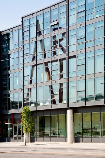 ART sculpture by Doris Shlayn reflected on the glass Design Square apartment building on the Columbus College of Art and Design n Columbus, Ohio : Stock Photo