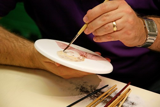 A demonstration of hand painting a china plate at the Wedgwood visitor centre, Barlaston, Stoke-on-Trent, Staffordshire, England : Stock Photo