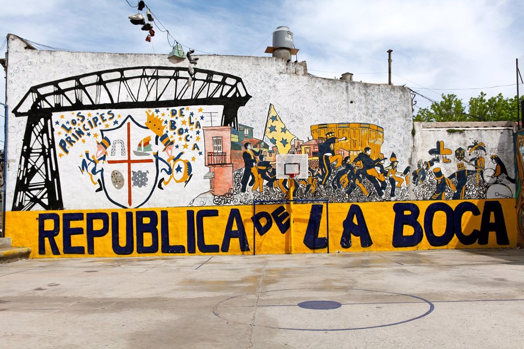Stock Photo: 1566-924041 Argentina, Buenos Aires, old quarter of La Boca founded by italian immigrants, located near the harbour, much appreciated by tourists for its colorful iron cast houses, cafes and tango dancers
