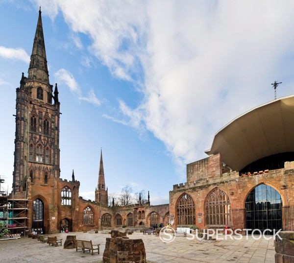 Interior of the old bombed out cathedral with the new St Michael´s Cathedral to the right, Coventry, West Midlands, England, UK : Stock Photo