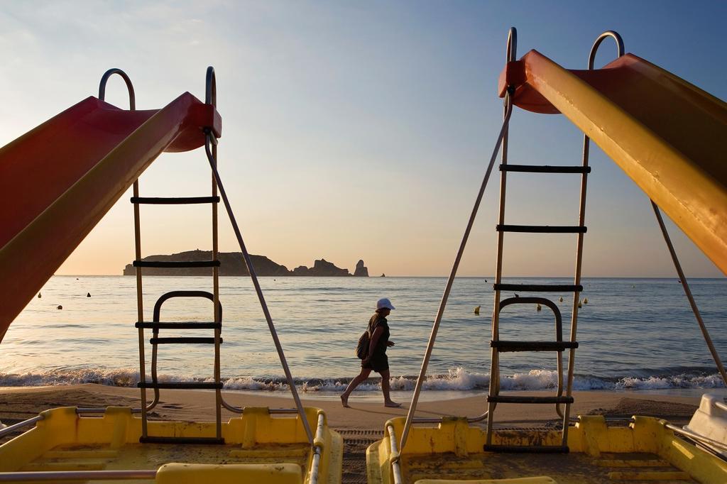 L´Estartit  Pedal boats in Gran beach  In background Medes Islands Costa Brava  Girona province  Catalonia  Spain : Stock Photo