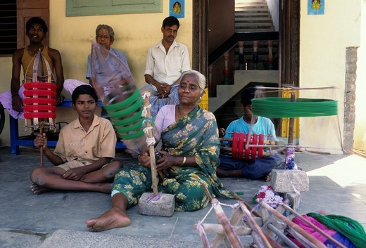 Kanchipuram silk is woven in the age-old tradition by weavers in their homes at Kanchipuram, Tamil Nadu : Stock Photo