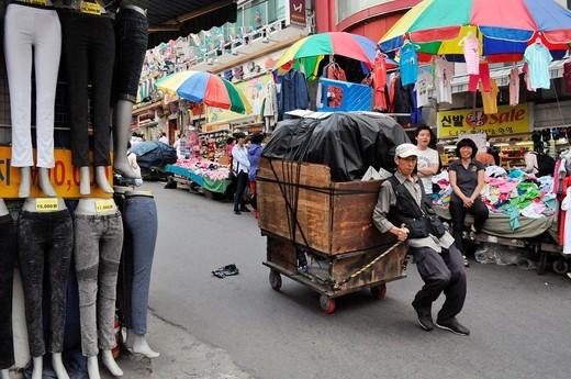 Stock Photo: 1566-941238 Seoul (South Korea): porter at the Namdaemun Market