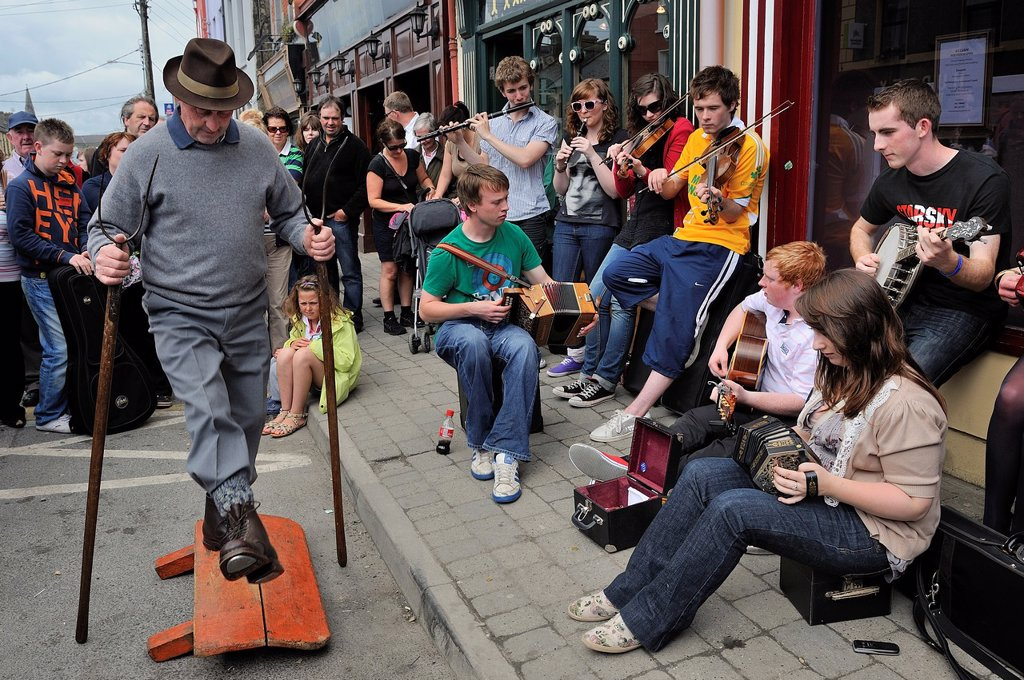 Ireland, County Clare, Milltown Malbay, Music Summer classes, Improvised band and rural drummer the drum here is made of a board tapped by steel-tipped shoes and 2 forks ! playing traditional irish music : Stock Photo