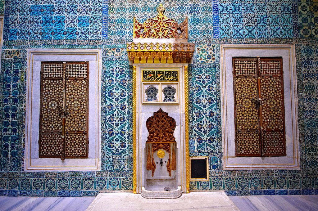 Stock Photo: 1566-960877 ´The Hall with a Fountain´ of the Harem, the vestibule where princes & consorts of the sultan waited before entering the Imperial Hall  The tiles are 17th century Kutahaya and Iznik tiles  Topkapi Palace, Istanbul, Turkey