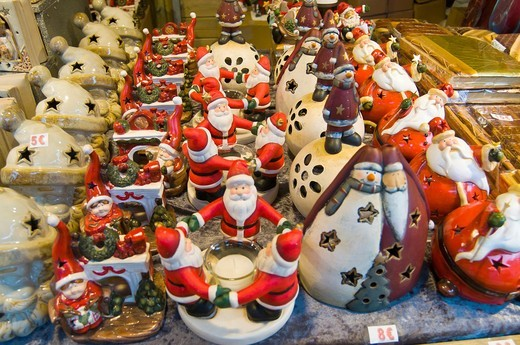 Christmas street market stall in the centre of Brugge, Flanders, Belgium showings various seasonal items on sale : Stock Photo