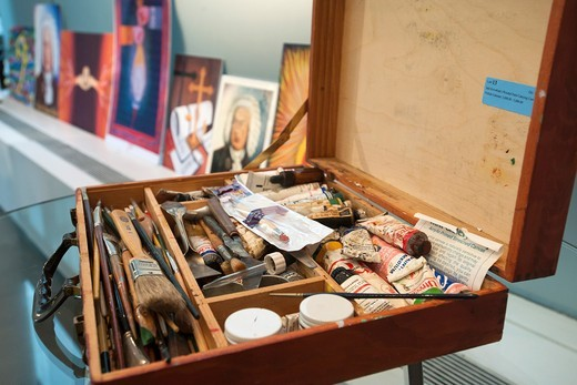 Stock Photo: 1566-965584 Artist´s paintbox of Dr Jack Kevorkian is seen at the preview to the sale of the Estate of Dr Kevorkian, in New York by the Hutter Auction Galleries