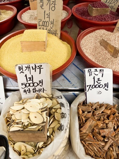 Grains, herbs, berries and bark for sale, Gyeongdong market, medicine market, Seoul, South Korea : Stock Photo