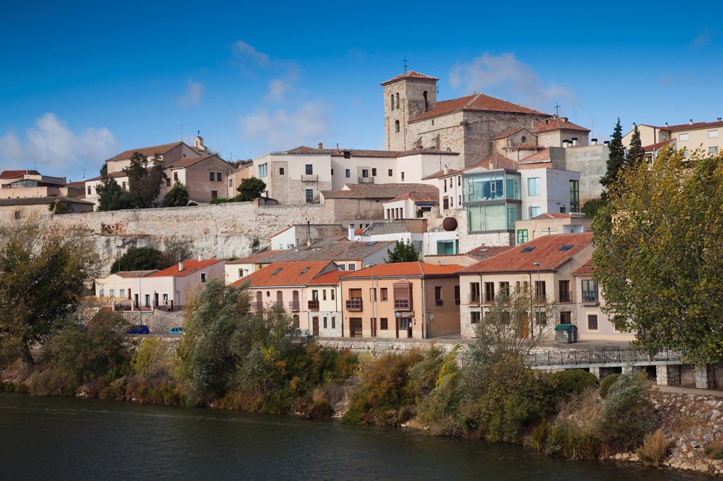 Stock Photo: 1566-974319 Spain, Castilla y Leon Region, Zamora Province, Zamora, town view along Duero River