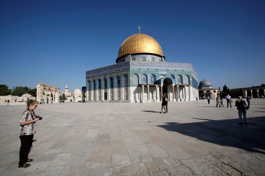 Stock Photo: 1566-975727 Tourists visit the Dome of the Rock on Temple Mount in the Old City of Jerusalem