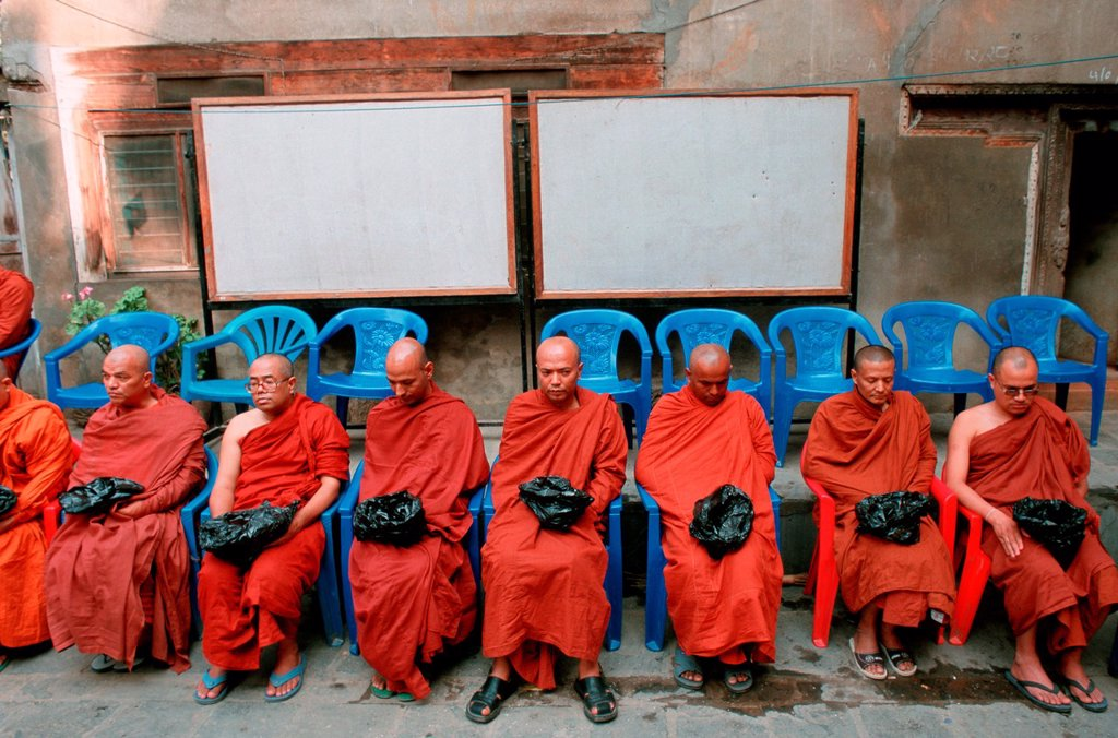 Buddhist monks waiting for alms at Patan, Nepal. They belong to the Theravada sect. Buddhism is very popular in Nepal but almost all of the buddhists follow the Vajrayana way. Since 1928, time of the first ordination of Theravadian monks in Nepal, there h. Buddhist monks waiting for alms at Patan, Nepal. They belong to the Theravada sect. Buddhism is very popular in Nepal but almost all of the buddhists follow the Vajrayana way. Since 1928, time of the first ordination of Theravadian monks in Ne : Stock Photo