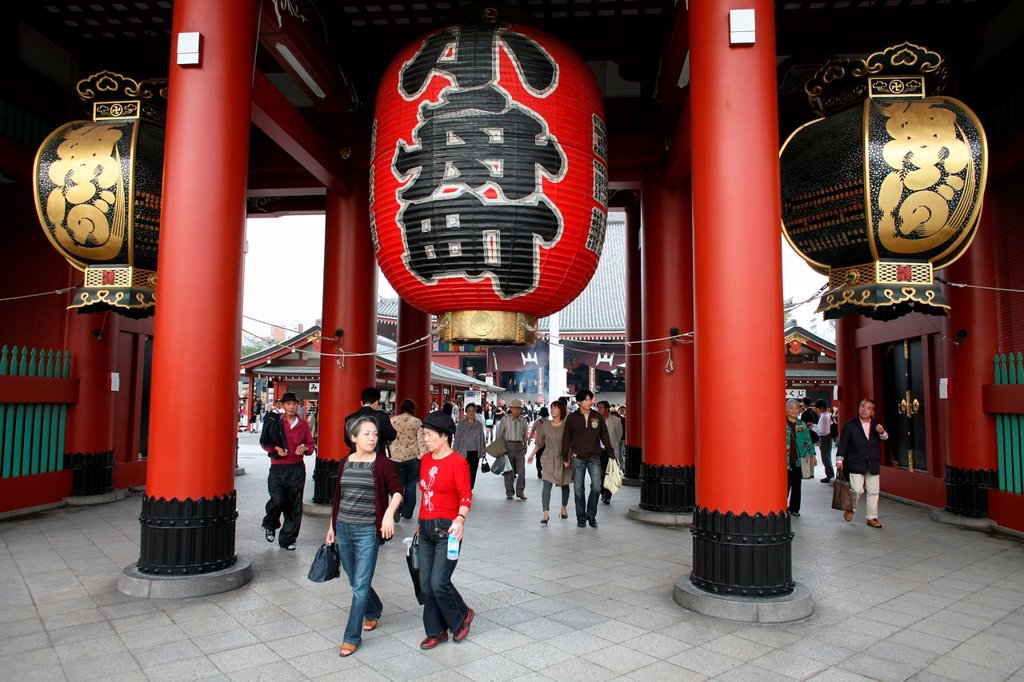 Sensoji Temple is the oldest temple in Tokyo, Japan It is situated in the heart of Asakusa district, the main entertainment area of tokyo : Stock Photo