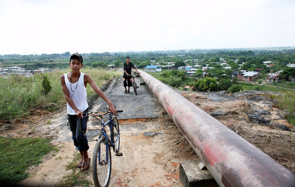 Oil pipeline near a slum in Barrancabermeja : Stock Photo