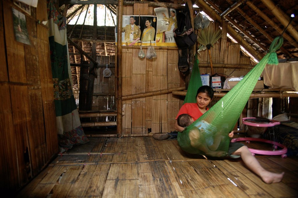 Interior of a hut used by a displaced family In Myanmar Burma, thousands of people have settled near the border as a result of oppression in their homeland Around 200 Burmese displaced people have settled in La Per Her, a village on the Burmese side of th : Stock Photo