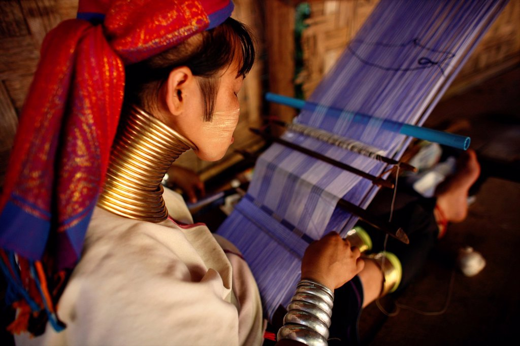 Rear view of Longneck woman weaving Approximately 300 Burmese refugees in Thailand are members of the indigenous group known as the Longnecks The largest of the three villages where the Longnecks live is called Nai Soi, located near Mae Hong Son City Long : Stock Photo