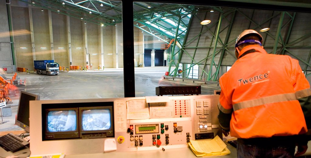 The combustor ´Twence´ in The Netherlands is able to process 550,000 tonnes of waste and 150,000 tonnes of biomass annually The majority of waste is being burned in the industrial waste incineration plant AVI in order to generate electricty Through turb. The combustor ´Twence´ in The Netherlands is able to process 550,000 tonnes of waste and 150,000 tonnes of biomass annually The majority of waste is being burned in the industrial waste incineration plant AVI in order to generate electricty  : Stock Photo