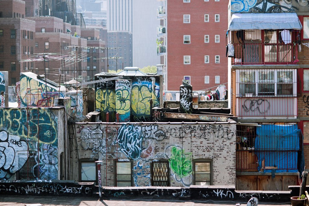 Rooftops in the New York neighborhood of Chinatown are covered with graffiti : Stock Photo