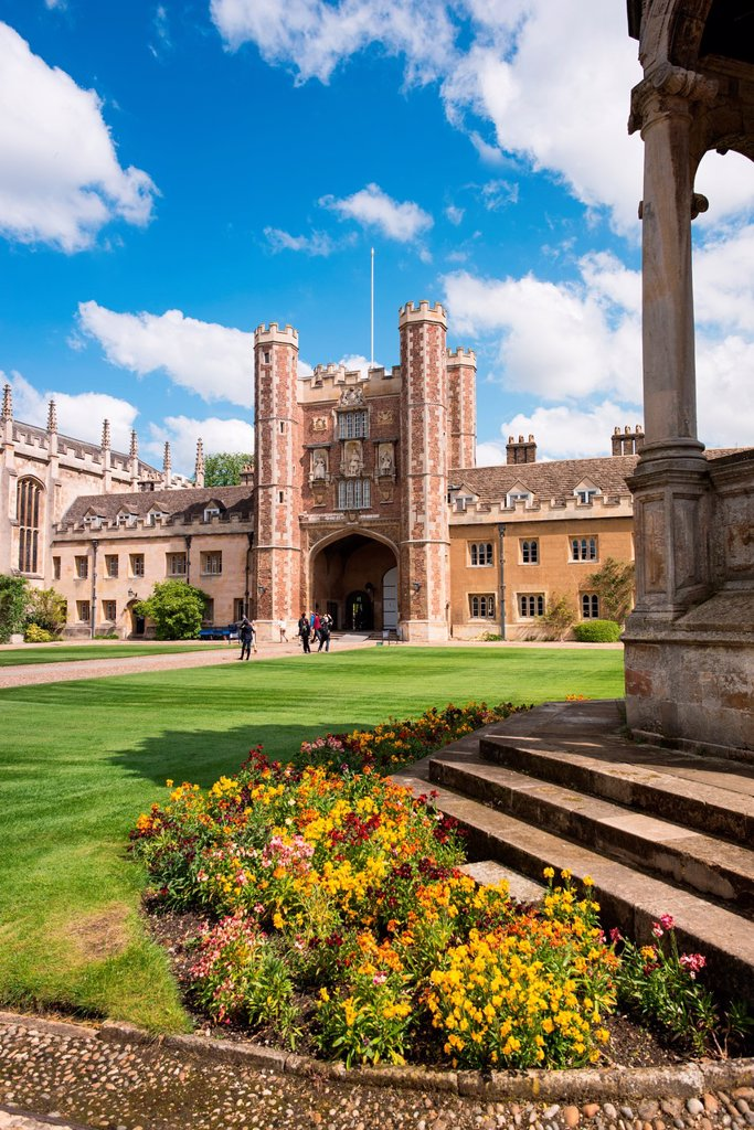 Stock Photo: 1566-988856 Cambridge University Trinity College Great Court and water fountain  UK