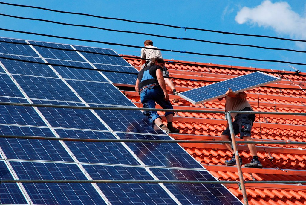 Stock Photo: 1566-991405 Installation of a solar plan