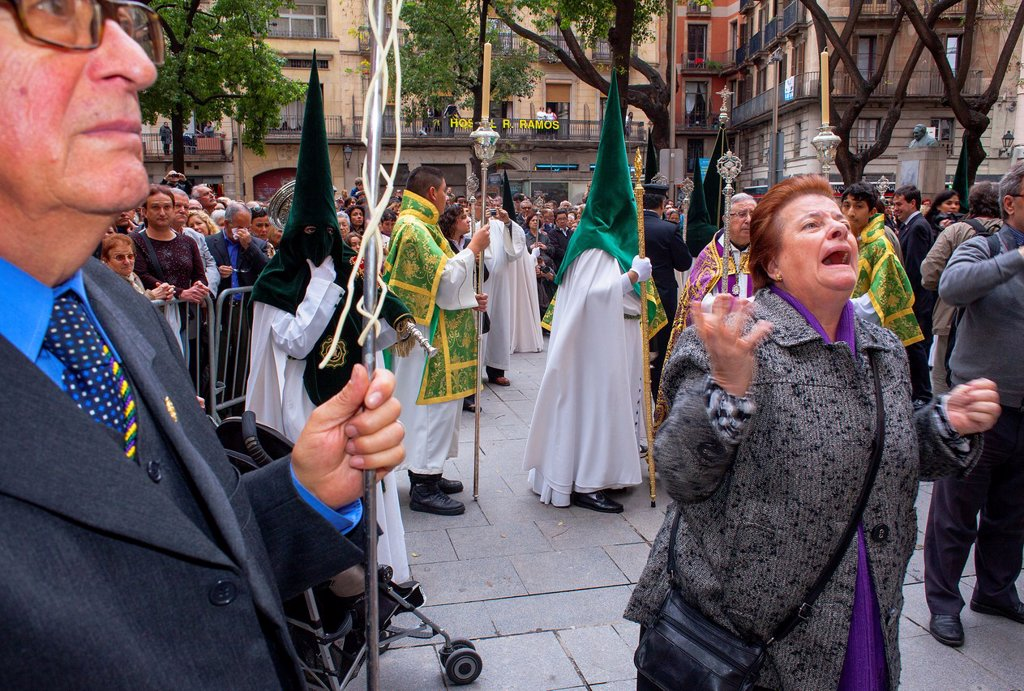 Woman singing the saeta to the Virgin, procession, sisterhood of Jesus del Gran Poder y virgen de la Macarena, Good Friday, Easter week, Plaza de San Agustin, Barcelona, Catalonia, Spain : Stock Photo