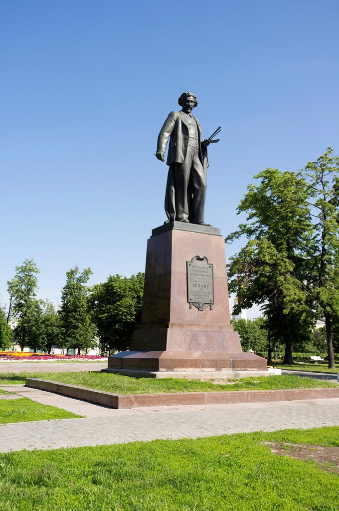 Stock Photo: 1566-994231 Monument to the famous Russian painter Repin  Moscow, Russia
