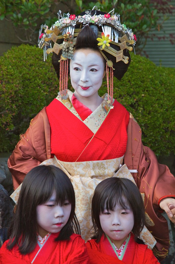 Stock Photo: 1566-995067 A participant in the Arashiyama Maple Leaf Festival dressed up as the ´Tayu´, the highest class prostitute in Shimabara, Kyoto with her attendants