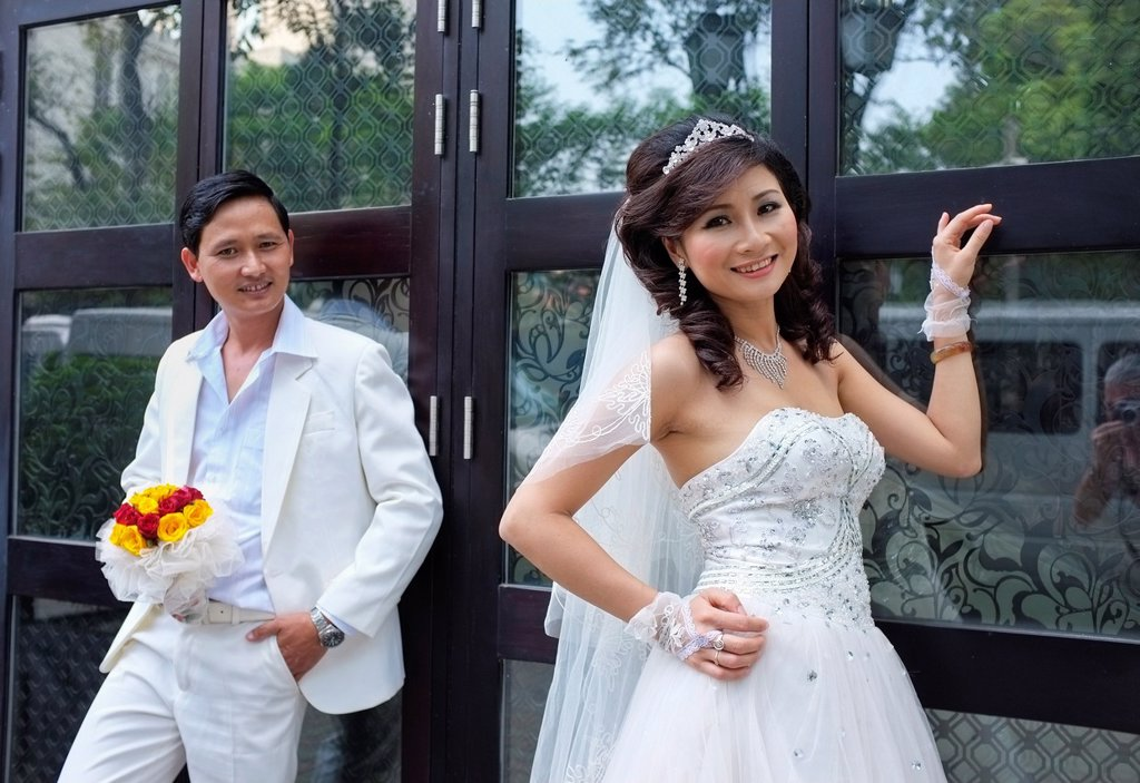 Bride and groom posing for wedding pictures, Hanoi, Vietnam : Stock Photo