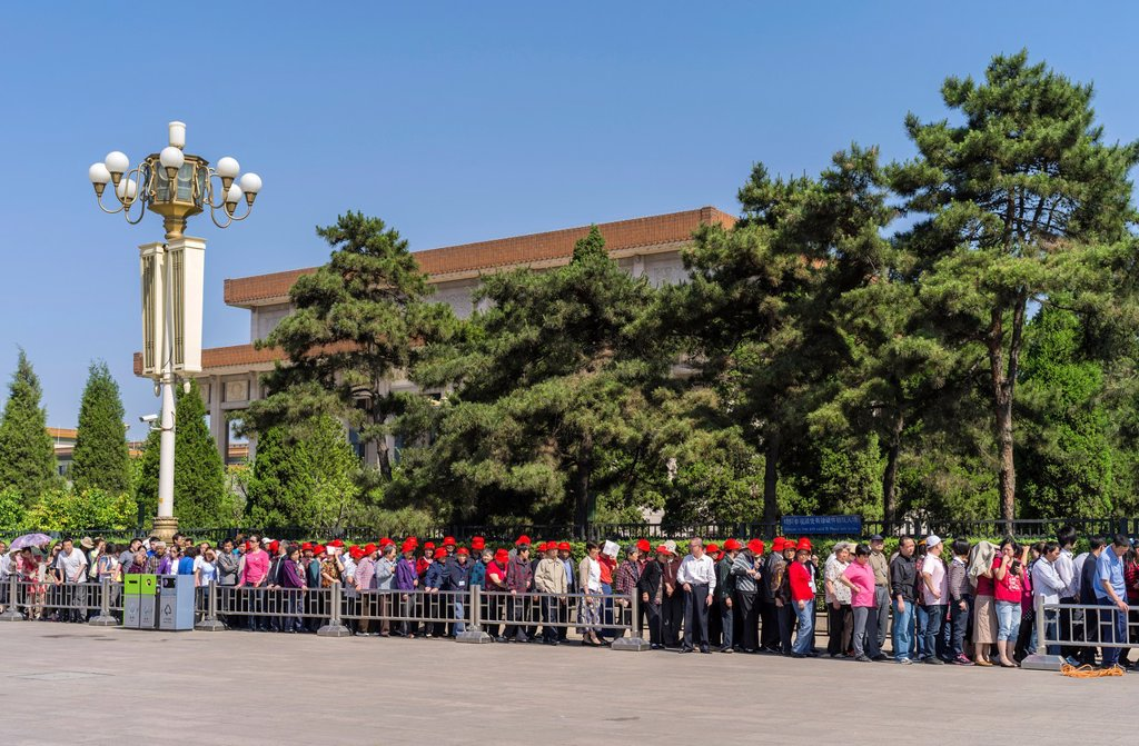 Stock Photo: 1566-999360 Every morning, long lines of people coming to visit Chairman Mao´s Mausoleum at Tiananmen Square  Beijing