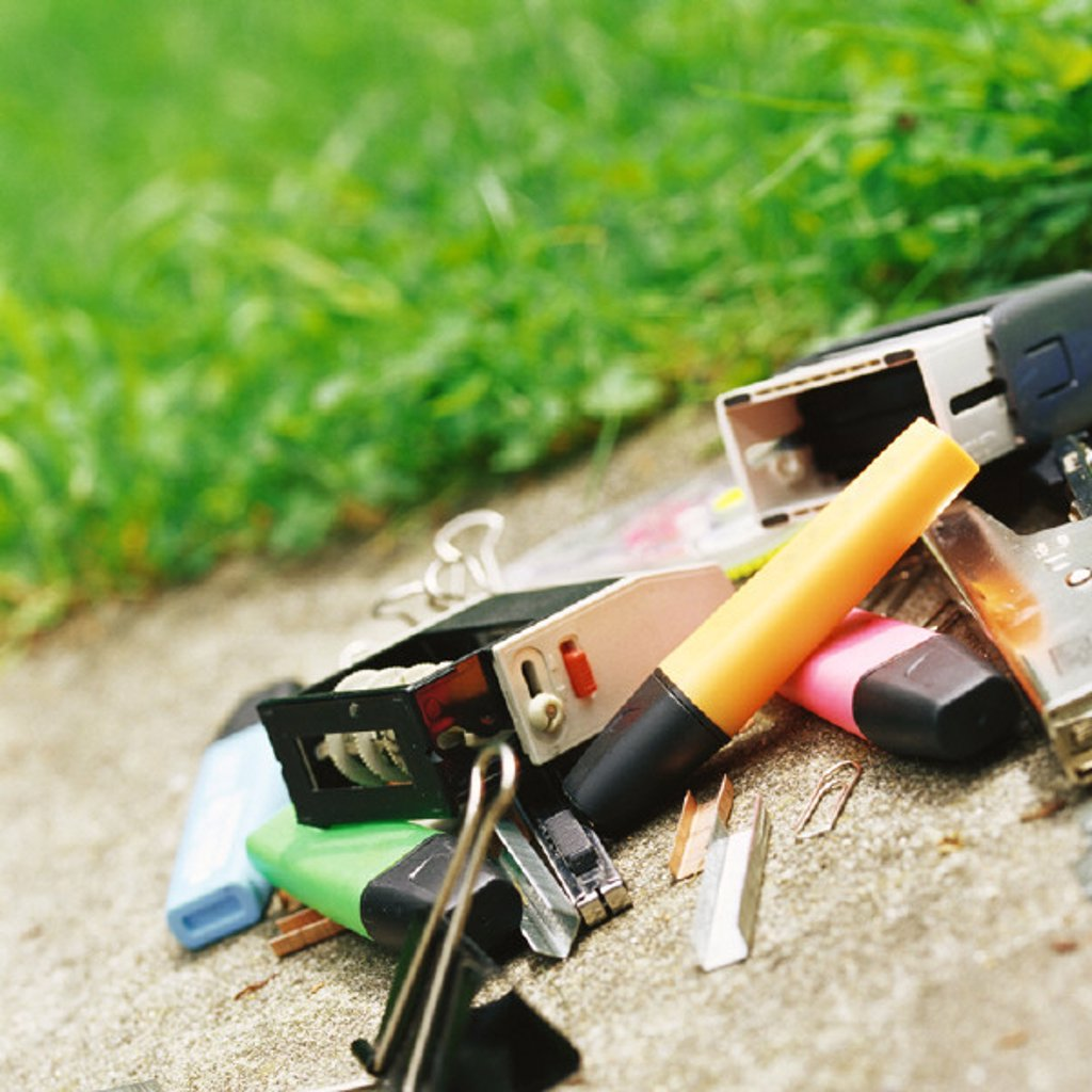 Stock Photo: 1569R-208037 Office supplies on ground