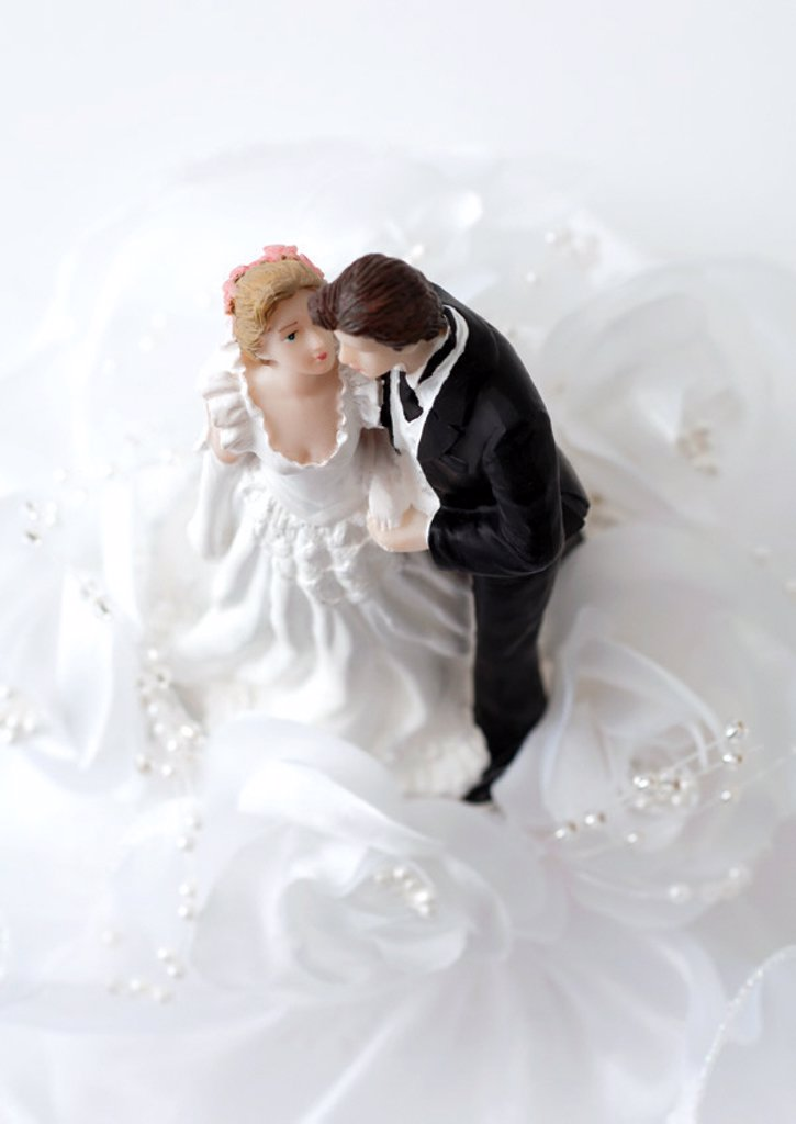 Bride and groom figurines : Stock Photo