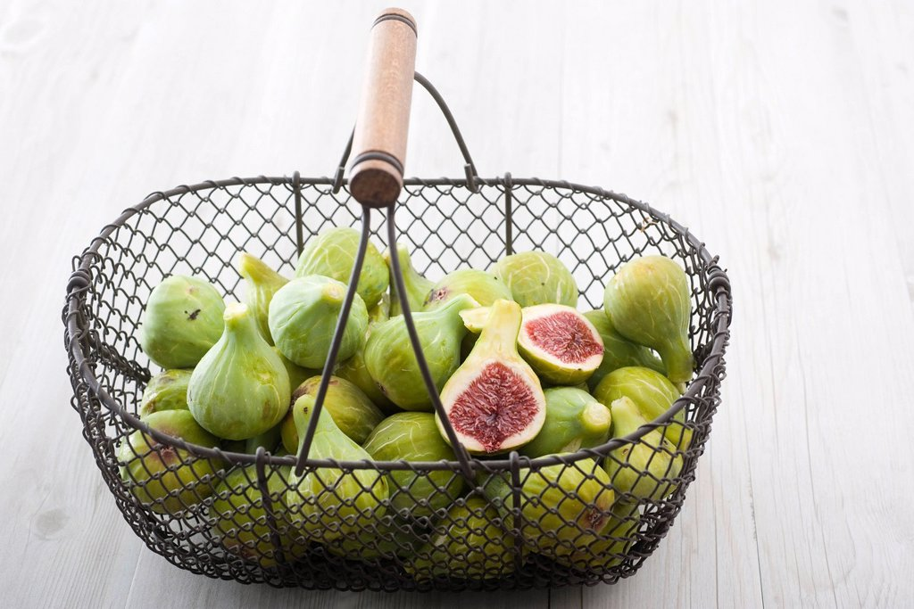 Stock Photo: 1569R-9072464 Fresh figs in basket