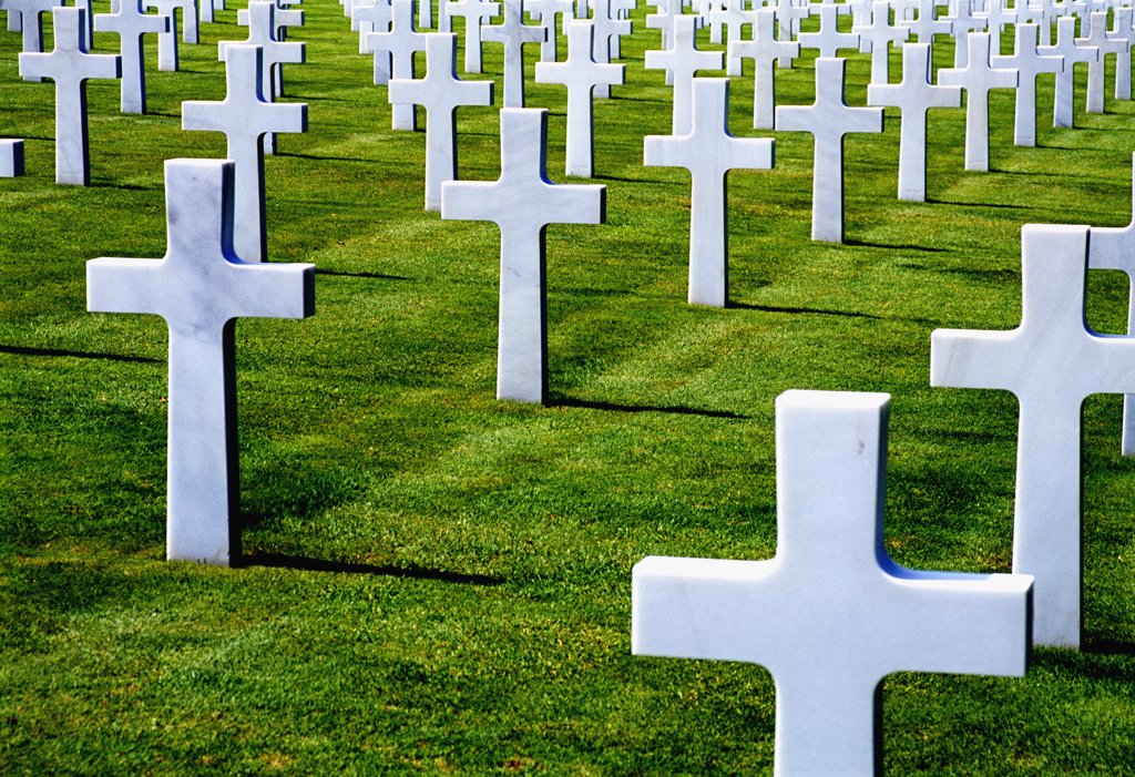 Marble cross-shaped tombstones in the American Cemetery, Colleville St. Laurent (Omaha Beach), Norma : Stock Photo